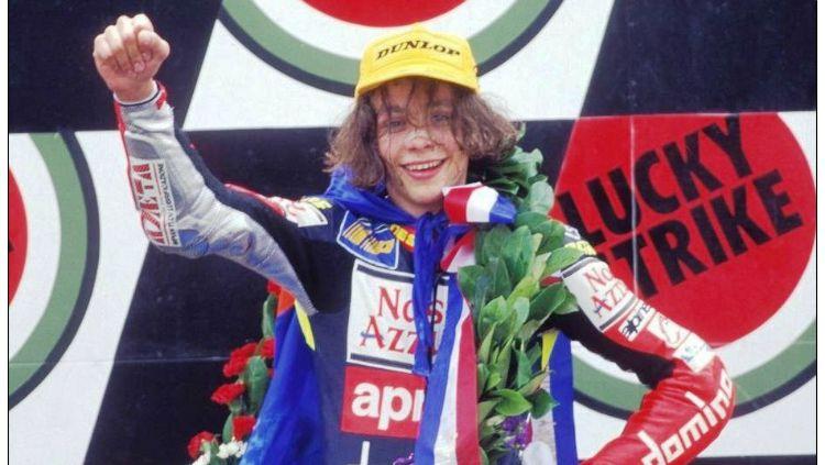 Valentino Rossi saat menang di Sirkuit Assen pada 1997. Copyright: © Delcampe