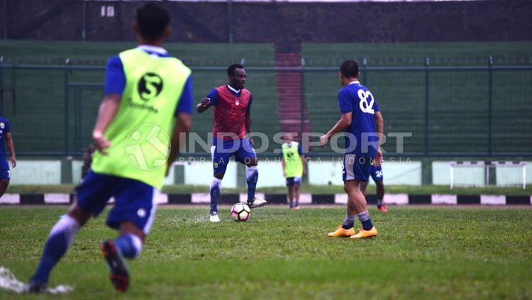 Michael Essien di latihan perdana Persib Bandung usai liburan. Copyright: © Ginanjar/INDOSPORT