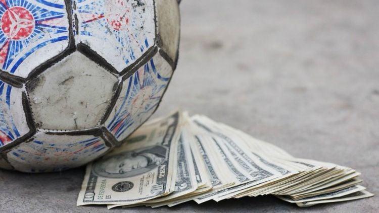Ilustrasi Bola dan Uang. Copyright: © Birkbeck Sport Business Centre