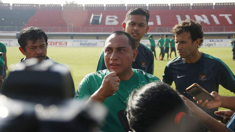 Ketua umum PSSI, Edy Rahmayadi saat memberikan komentar kepada wartawan usai ikut latihan bersama skuat timnas U-22 dan U-19. Copyright: © pssi.org
