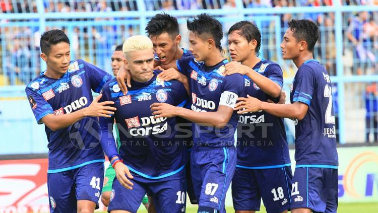 Selebrasi Cristian Gonzales dan para pemain Arema FC. Copyright: © Ian Setiawan/INDOSPORT