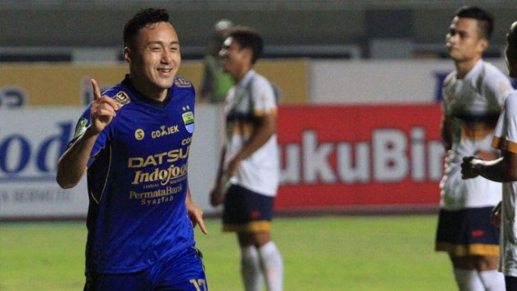 Selebrasi Shohei Matsunaga (Persib Bandung) saat menjebol ke gawang Persela Lamongan. Copyright: © Twitter@Liga1Match