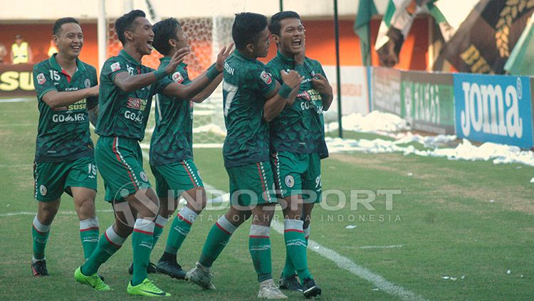 Selebrasi para pemain PSS Sleman usai mencetak gol ke gawang Persibas Banyumas. Copyright: © Prima Pribadi/Indosport