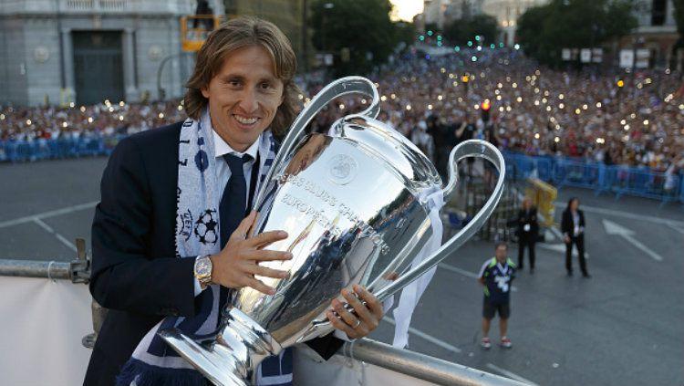 Luka Modric berpose bersama trofi Liga Champions. Copyright: © Angel Martinez/Real Madrid via Getty Images