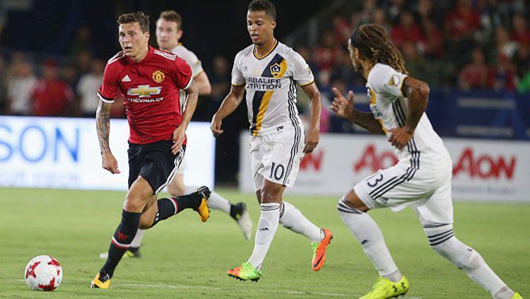 Victor Lindelof (kiri) saat menggiring bola melewati pemain LA Galaxy. Copyright: INDOSPORT