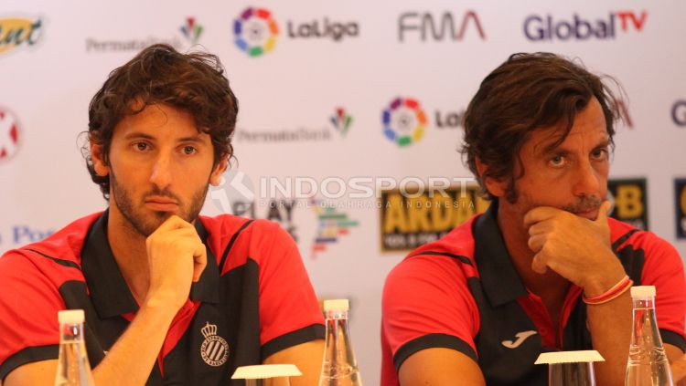 Pelatih Espanyol Quique Sanchez Flores (kanan), dan pemain Espanyol Esteban Granero. Copyright: © Herry Ibrahim/INDOSPORT