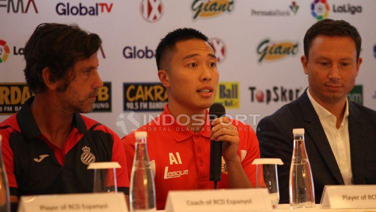 Pelatih Espanyol, Quique Sanchez Flores, dan pemain Persija, Arthur Irawan. Copyright: © Herry Ibrahim/INDOSPORT