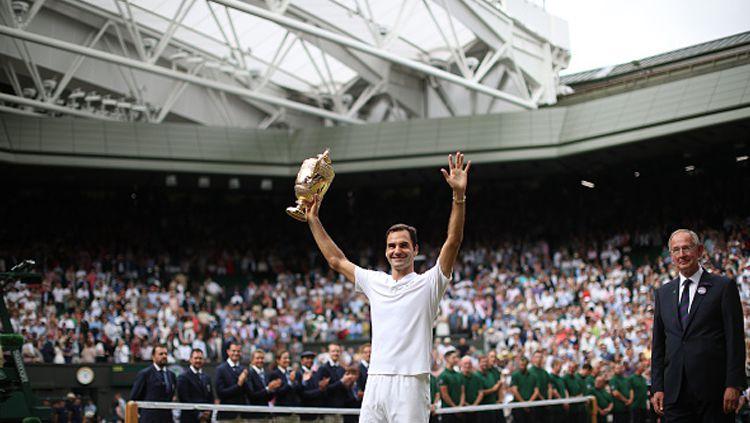 Di tengah sorakan penonton, Roger Federer tetap merasa kesepian. Copyright: © INDOSPORT