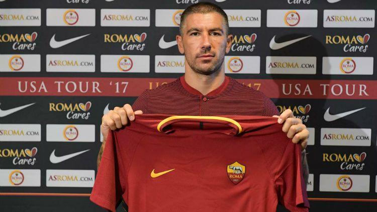 Aleksandar Kolarov resmi berseragam AS Roma. Copyright: © AS Roma