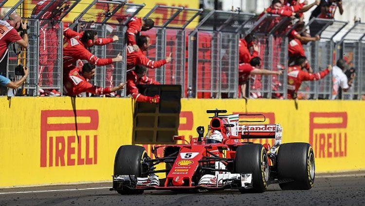 Sebastian Vettel berhasil melewati garis finish pertama di GP Hungaria. Copyright: © INDOSPORT