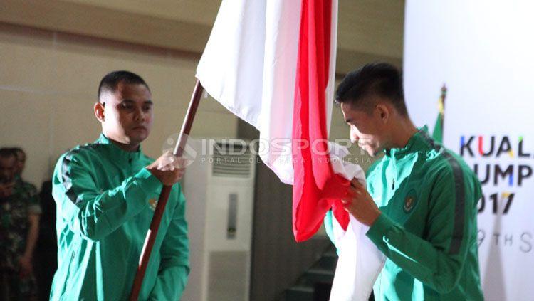 Gavin Kwan (kanan) saat mencium bendera Merah Putih. Copyright: © Herry Ibrahim/Indosport.com