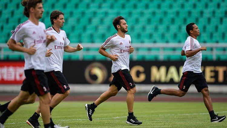 AC Milan saat sedang latihan menjelang pertandingan. Copyright: © INDOSPORT
