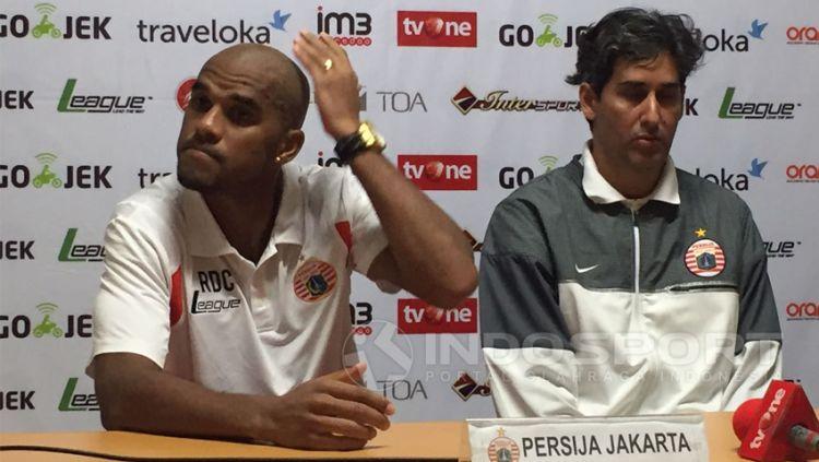 Reinaldo Elias dan Stefano Cugurra Teco usai laga Persija melawan Persiba. Copyright: © Muhammad Adi Yaksa/Indosport.com