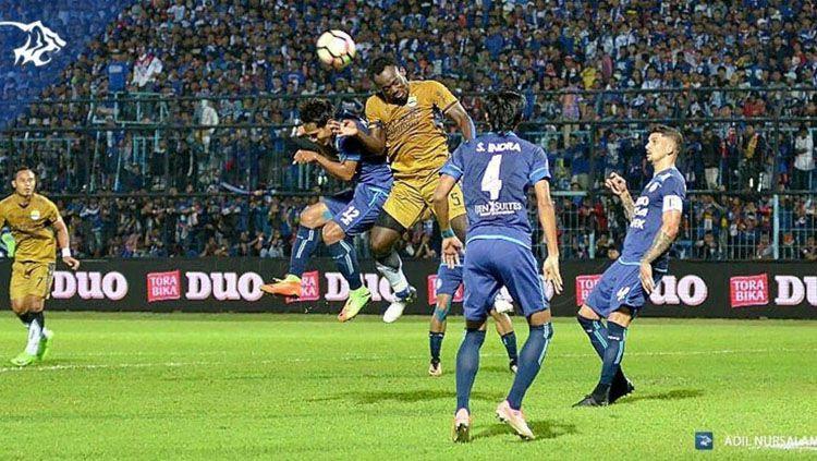 Arema FC vs Persib Bandung. Copyright: © Twitter@simamaung