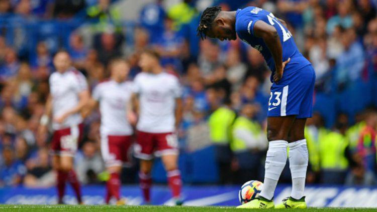 Mitchy Batshuayi tampak lesu pasca Burnley mencetak gol pertama. Copyright: © INDOSPORT