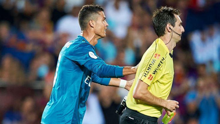 Aksi Cristiano Ronaldo (Real Madrid) mendorong wasit setelah dihadiahi kartu merah. Copyright: © Indosport.com