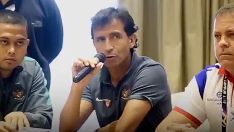 Luis Milla dalam jumpa pers Sea Games. Copyright: © youtube