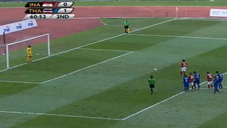 Pemain Timnas Indonesia, Septian David Maulana saat menjadi algojo penalti ke gawang Thailand. Copyright: © Youtube.