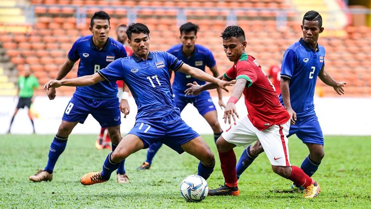 Osvaldo Haay (Timnas Indonesia) berusaha pertahankan bola dari serangan empat pemain Thailand. Copyright: © kualalumpur2017.com