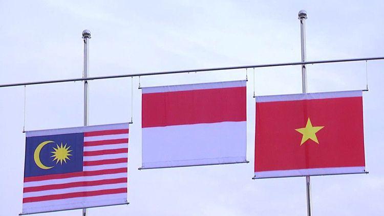 Bendera Indonesia tampak diatas kedua negara lainnya setelah cabor panahan menang medali emas. Copyright: © Twitter@BadmintonTalk
