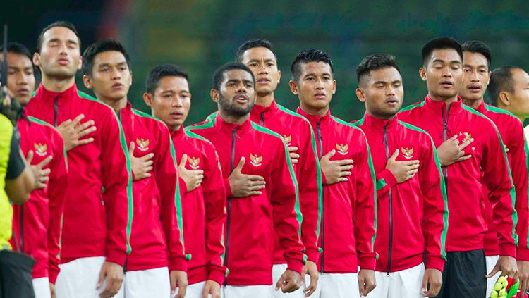 Penggawa Timnas Indonesia dengan khidmat menyanyikan lagu Indonesia Raya sebelum kick off melawan Filipina. Copyright: © Dokumentasi PSSI