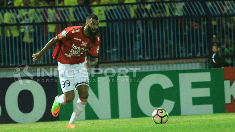 Sylvano Comvalius bersaing memperebutkan posisi top skor Liga 1. Copyright: © Indosport/Ian Setiawan