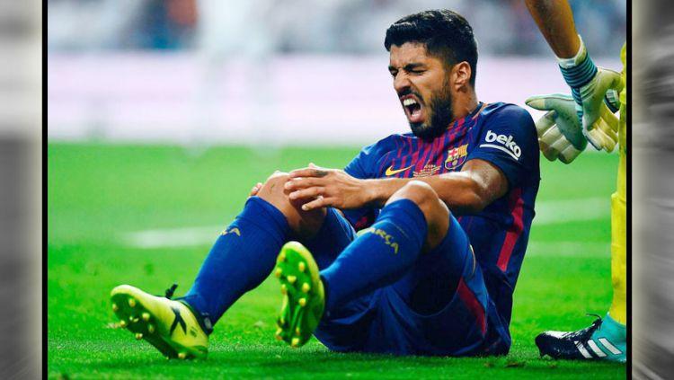 Luis Suarez (Barcelona) alami kesakitan karena cedera lutut yang dialami pada laga leg kedua Piala Super Spanyol pada Kamis (17/08/17). Copyright: © Indosport.com