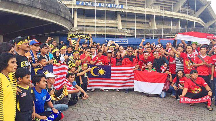 Suporter Timnas Indonesia dan Malaysia melakukan foto bersama. Copyright: © twitter@KL2017