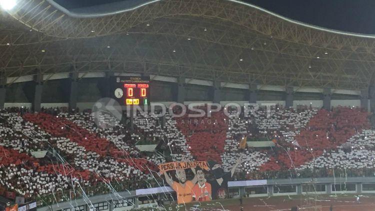 Aksi Koreografi Suporter Persija Jakarta, The Jakmania pada laga melawan Persela Lamongan. Copyright: © Muhammad Adiyaksa/INDOSPORT