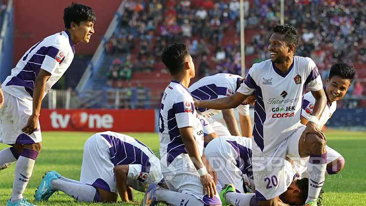 Selebrasi gol pemain Persik Kediri saat ladeni Kalteng Putra. Copyright: © Ian Setiawan/Indosport