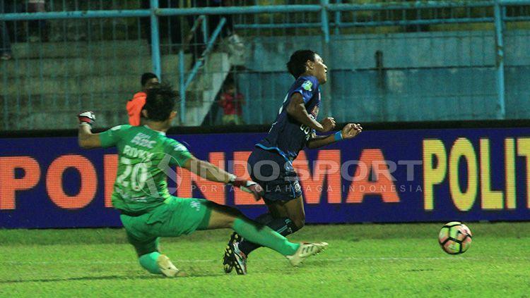 Pelanggaran Rivky Mokodompit terhadap Dedik Setiawan yang berbuah penalti kedua Arema FC. Copyright: © Ian Setiawan/INDOSPORT