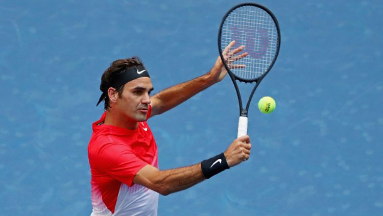 Roger Federer saat berada di lapangan tenis. Copyright: © Indosport