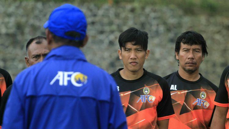 Ahmad Bustomi saat mengikuti kursus kepelatihan Lisensi C AFC di Kota Batu. Copyright: © Ian Setiawan/INDOSPORT