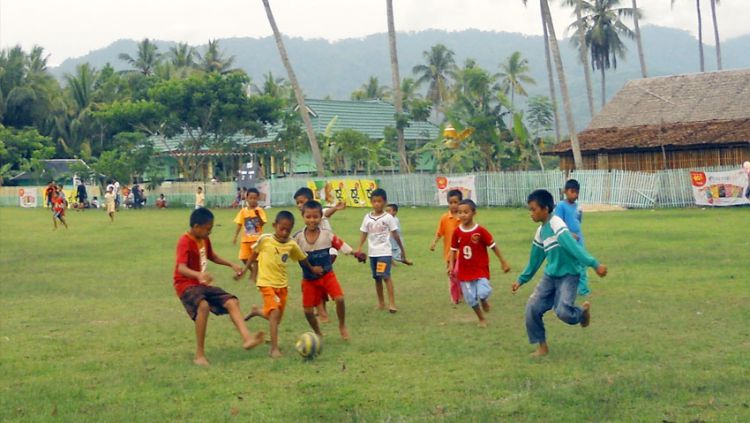 Anak-anak sedang main sepak bola. Copyright: © hipwee.com