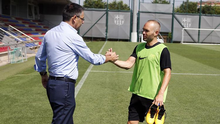 Josep Maria Bartomeu menemui langsung Andres Iniesta. Copyright: © getty images