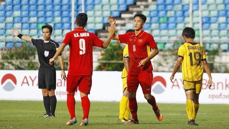 Selebrasi pemain Timnas Vietnam U-19 usai bantai Brunei. Copyright: © Dika Kawengian/Jawa Pos