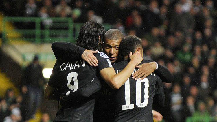 Selebrasi Neymar, Cavani, dan Mbappe. Copyright: © Twitter @SquawkaNews