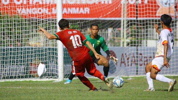 Indosport - Egy Maulana Vikri tengah mengeksekusi bola depan gawang Brunei.
