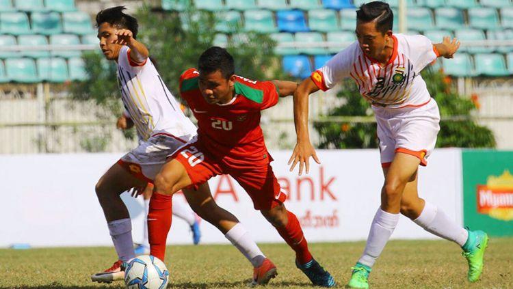 Asnawi Bahar (Timnas Indonesia U-19) mendapat kawalan ketat dari dua pemain Brunei Darussalam. Copyright: © PSSI