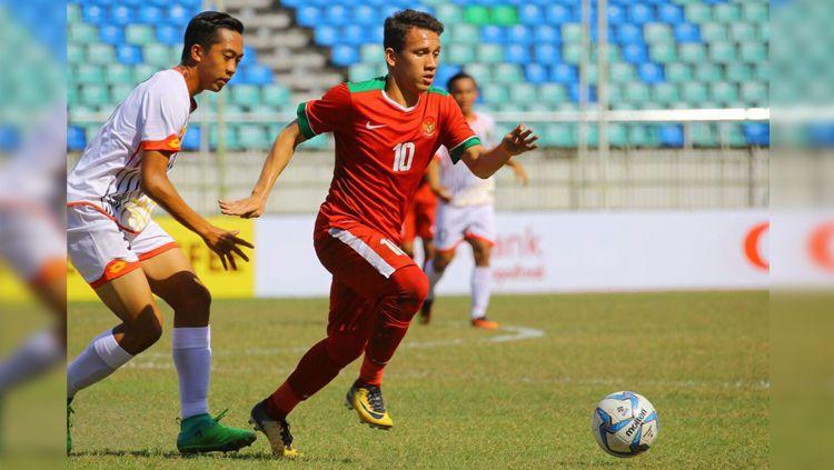 Egy Maulana Vikri (depan) berusaha mendapatkan bola dari pemain Brunei. Copyright: © PSSI