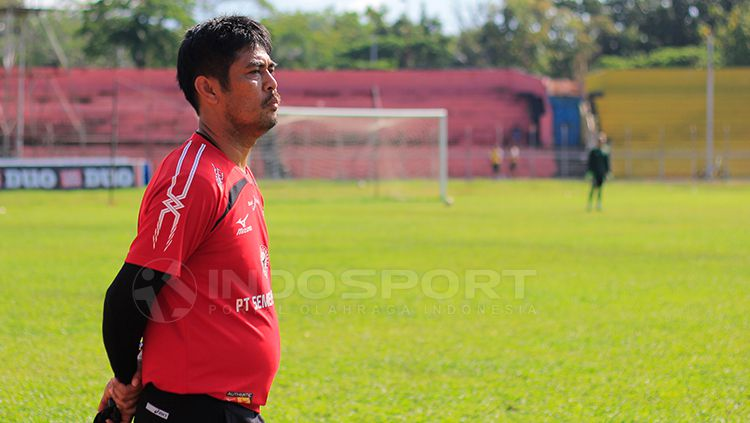 Nilmaizar saat mimpin latihan Semen Padang di Stadion H. Agus Salim, Padang. Copyright: © Taufik Hidayat/INDOSPORT