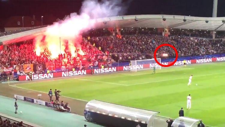Suporter Spartak lepaskan flare ke arah wasit. Copyright: © Twitter