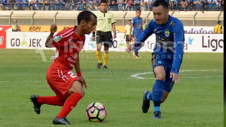Riko Simanjuntak, gelandang sayap Semen Padang (kiri) saat berduel melawan gelandang Persib Bandung, Shohei Matsunaga. Copyright: © Taufik Hidayat/INDOSPORT