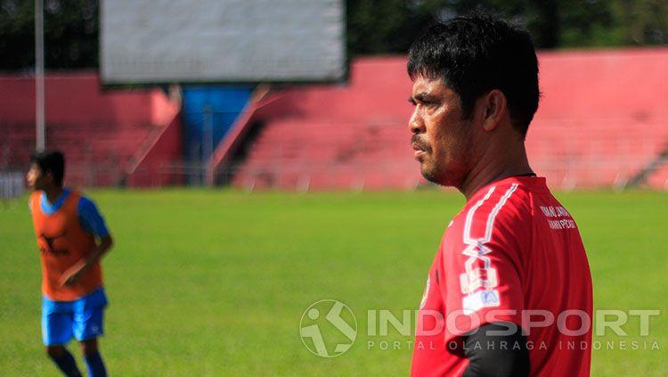 Nilmaizar saat memimpin latihan Semen Padang. Copyright: © Indosport/Taufik Hidayat