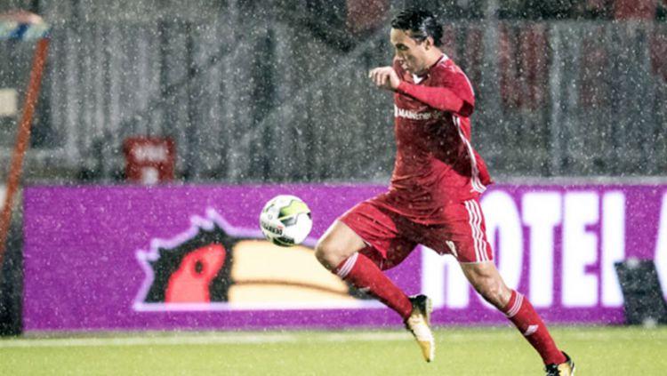 Ezra Walian, pemain Indonesia di Almere City. Copyright: © INDOSPORT