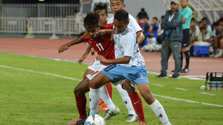 Mochammad Supriadi berusaha merebut bola dari pemain Mariana Utara. Copyright: © Twitter@pssi__fai