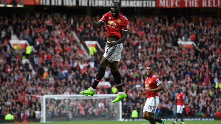 Romelu Lukaku melakukan selebrasi pasca mencetak gol ke gawang Everton. Copyright: © INDOSPORT