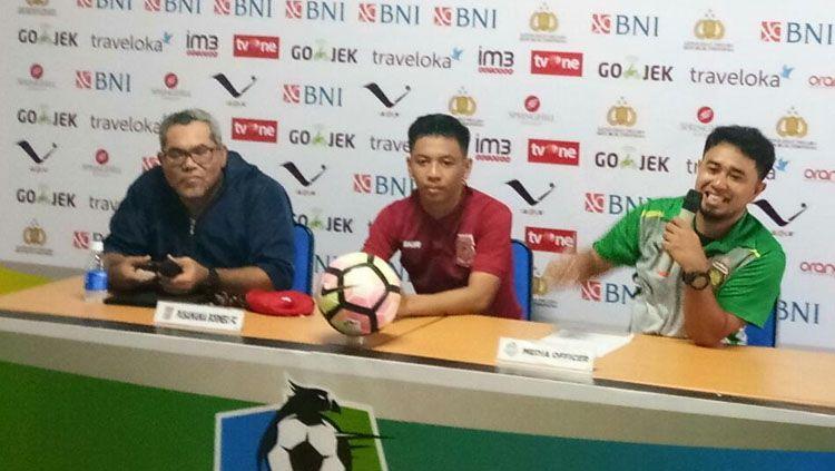 Iwan Setiawan dengan Wahyudi Hamisi dalam jumpa pers. Copyright: © Media Bhayangkara FC