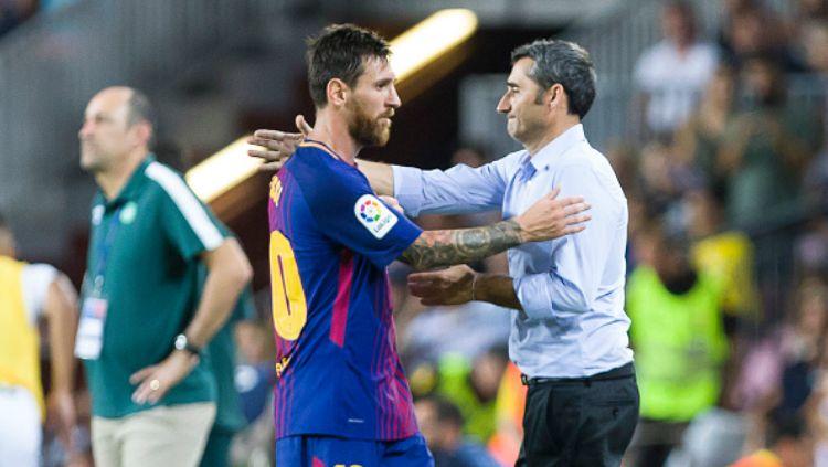 Lionel Messi menyampaikan ucapan perpisahan untuk Ernesto Valverde, yang baru saja dipecat klub LaLiga Spanyol, Barcelona. Copyright: © getty images