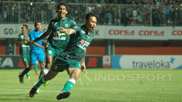 Selebrasi Dirga Lasut usai mencetak gol ke gawang Cilegon FC. Copyright: © Prima Pribadi/Indosport.com